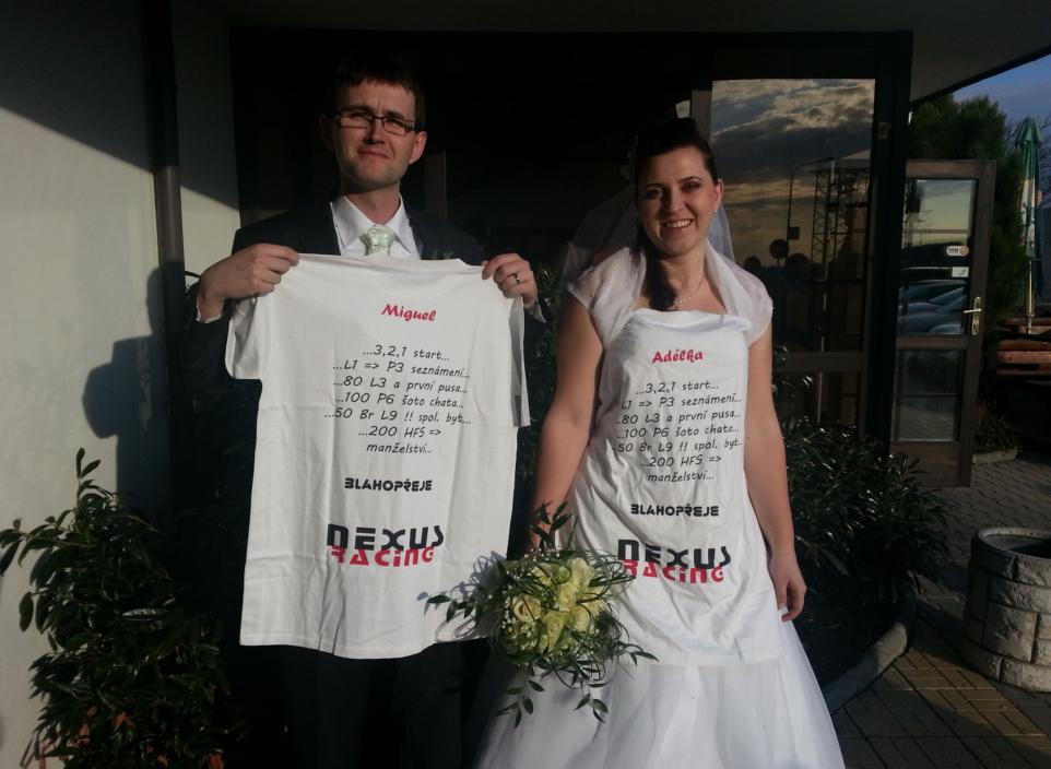 Novomanželé s novým tričkem.